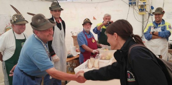 Serracchiani con i volontari del Friuli Venezia Giulia (© Regione Friuli Venezia Giulia)