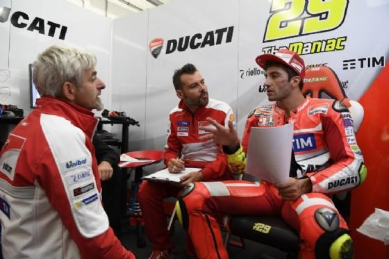 Andrea Iannone ai box Ducati (� Ducati)