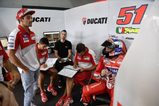 Andrea Iannone e il suo sostituto Michele Pirro ai box (� Ducati)
