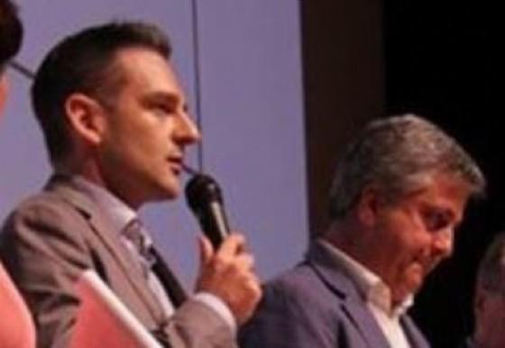 Andrea Doncovio con il microfono in mano (© Bassaparola)