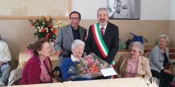 La centenaria festeggiata dal sindaco Honsell (© La Quiete)