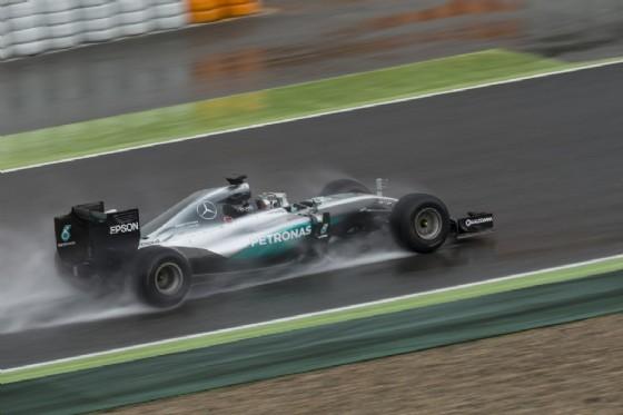 Nico Rosberg prova le gomme da bagnato 2017 (© Pirelli)