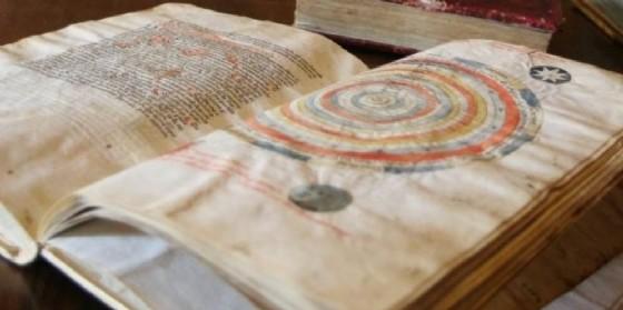 Uno dei libri conservati nella biblioteca di San Daniele