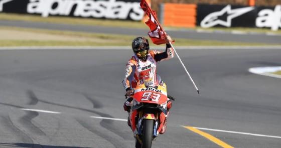Marc Marquez esulta dopo aver tagliato il traguardo (© Honda)