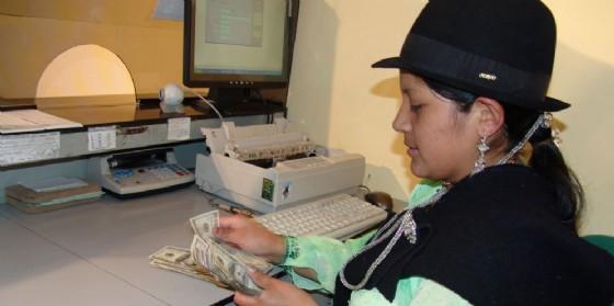 Una delle cassiere del Bancodesarollo (© Bcc Fvg)