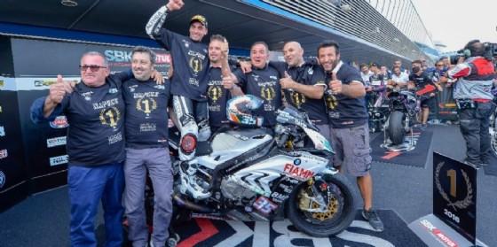 Raffaele De Rosa festeggia il titolo di Superstock 1000 con il team (© Althea)