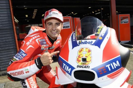 Hector Barbera con la Desmosedici GP del team ufficiale (© Ducati)
