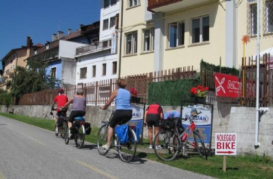 Turisti sulla ciclovia Alpe Adria (© Diario di Udine)