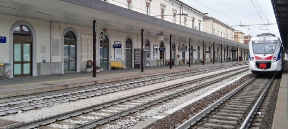 Tenta il suicidio buttandosi sotto al treno a Udine, ma sopravvive