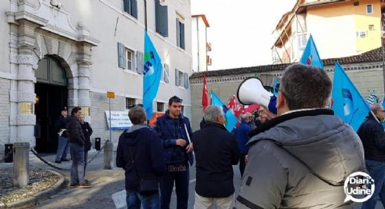 La protesta davanti a palazzo Torriani (© Diario di Udine)