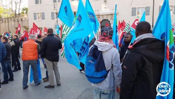 La protesta davanti a palazzo Torriani