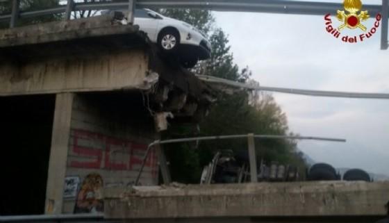 Il cavalcavia crollato sotto il peso di un tir da 108 tonnellate