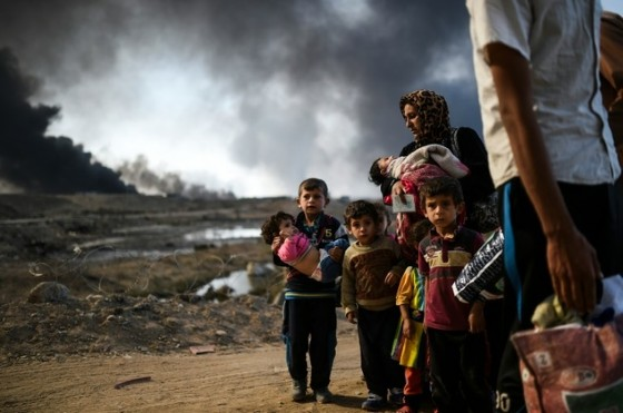 Iraqi families who were displaced by the ongoing operation by Iraqi forces against the Islamic State to retake the city of Mosul, are seen near Qayyarah on October 29, 2016 © Bulent Kilic (AFP)