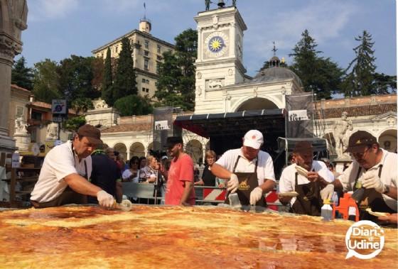 Il frico gigante realizzato durante Friuli Doc (© Diario di Udine)