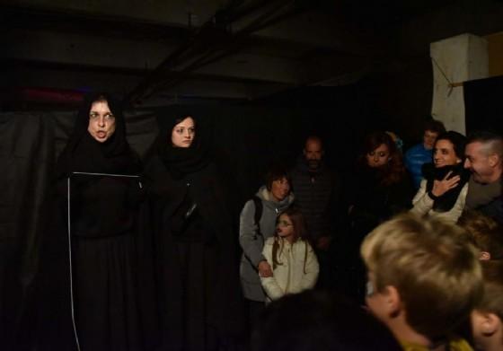 Pubblico e attori, lunedì nel corso dello spettacolo