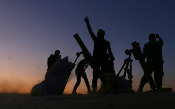Fighters from the Free Syrian Army cheer and react as they fight against the Islamic State group jihadists on the outskirts of the northern Syrian town of Dabiq, on October 15, 2016 © Nazeer al-Khatib (AFP/File)
