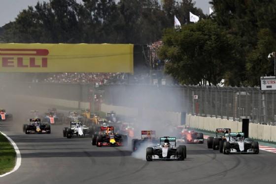 Il contestato taglio di chicane di Lewis Hamilton alla partenza del GP del Messico (© Red Bull)