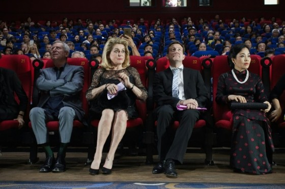 French actress Catherine Deneuve (2nd L) was in Hanoi, Vietnam attending the screening of the digital re-release of her 1992 film «Indochine» on November 2 © Jacques Smit (AFP)