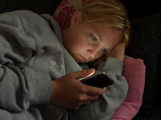 Usare lo smartphone la sera danneggia il buon sonno (© Twin Design | shutterstock.com)