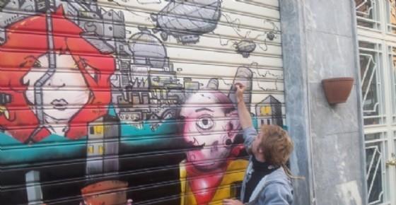 Una delle vetrine colorate di via Luini (© Silvio Magliano)