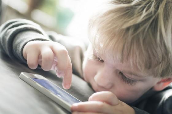 Vietare l'uso di smartphone e simili ai bambini sotto i 12 anni, lo chiede una pediatra (© Twin Design | shutterstock.com)