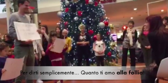 Vuoi sposarmi? La proposta a dir poco emozionante a 'suon' di flash mob!