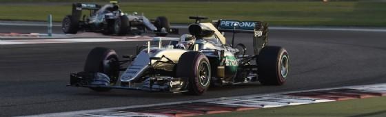 Lewis Hamilton davanti a Nico Rosberg ad Abu Dhabi (© Pirelli)