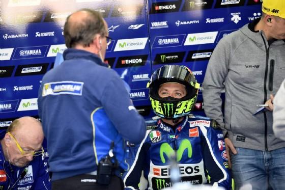 Valentino Rossi al box Yamaha (© Michelin)