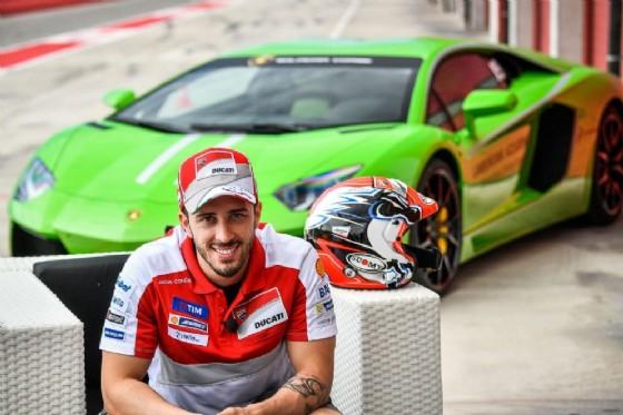 Andrea Dovizioso con la Lamborghini Huracan (© Lamborghini)