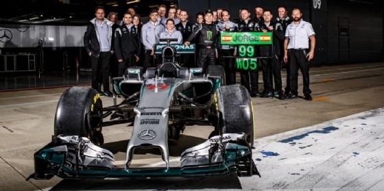 Jorge Lorenzo con il team e la monoposto Mercedes (© Mercedes)