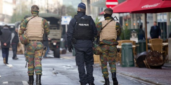 Polizia e militari nelle città europee.