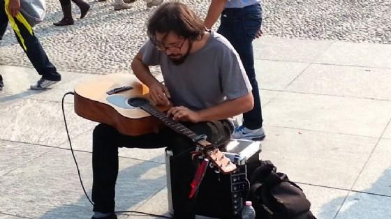 Un'artista di strada (© YouTube)