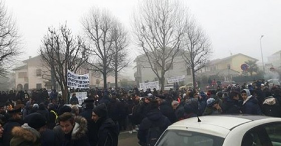 Gli studenti in protesta fuori dal Pininfarina (© Angelo Liberatore)