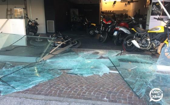 La vetrina infranta del negozio Ducati (© Diario di Udine)