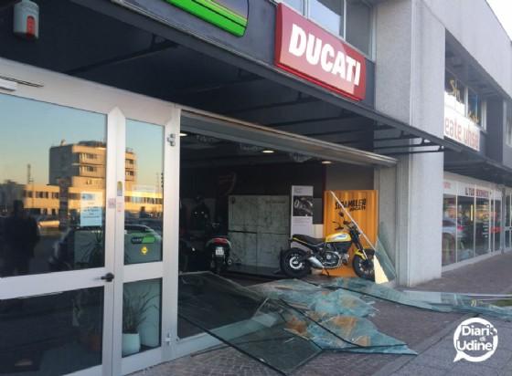 La vetrina infranta del negozio Ducati