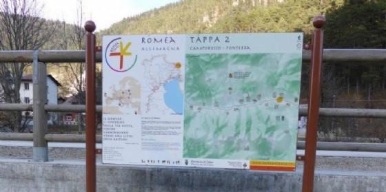 Una delle tabelle che indicano il cammino religioso (© Provincia Udine)