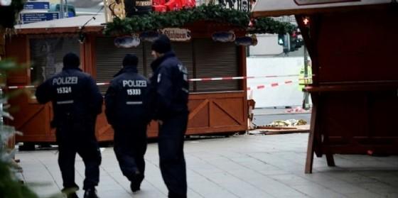 Polizia berlinese al mercatino di Natale colpito dall'attentato.