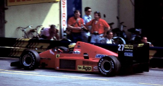 Alboreto fermo ai box durante il GP di Monza 1986