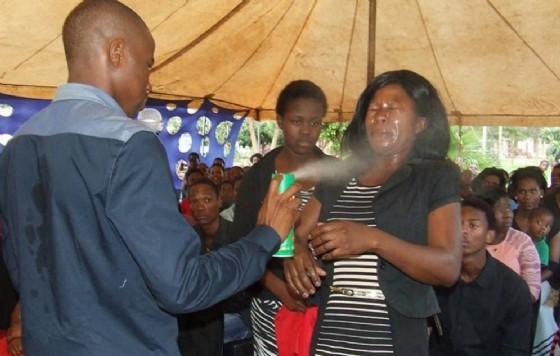 Lethebo Rabalago spruzza l'insetticida al Mount Zion General Assembly (© Image by: Facebook/MZGA)