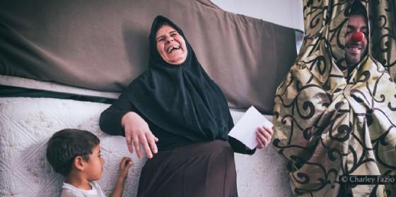 Storia del magabondo che fa sorridere i bimbi della Siria