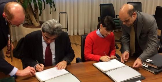 La firma del contratto da parte di Serracchiani (© Diario di Udine)