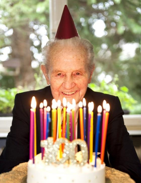 Il segreto per vivere cent'anni e più è godersi la vita... a tavola (© Claudia Paulussen | shutterstock.com)