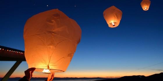 Sconsigliato l'uso di lanterne cinesi e fuochi d'artificio (© Adobe Stock)