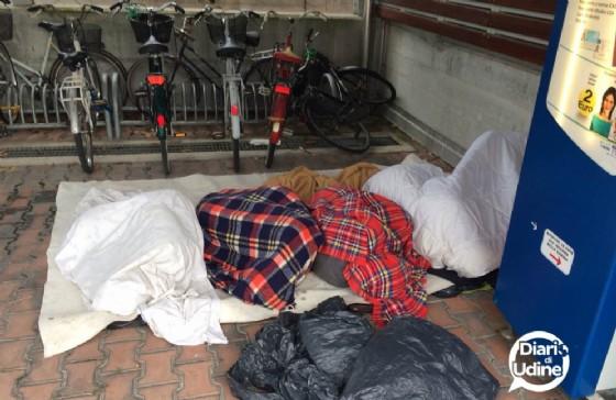 Migranti accampati nel parcheggio Moretti (© Diario di Udine)
