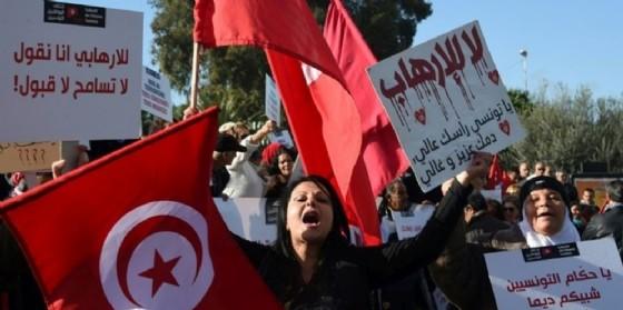 Proteste davanti al Parlamento contro il ritorno in patria di cittadini tunisini radicalizzati. (© FETHI BELAID (AFP))