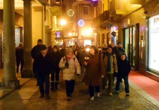 Un momento della marcia, in via Italia (© Diario di Biella (M))