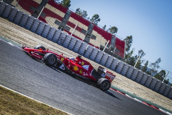 Sebastian Vettel al volante della Rossa durante i collaudi dei nuovi pneumatici