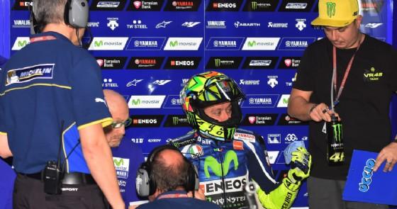 Valentino Rossi nel box Yamaha con Alessio Uccio Salucci (© Michelin)