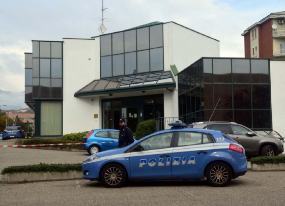 Polizia davanti la sede degli uffici di Equitalia, a Biella