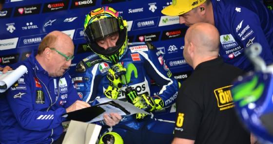 Valentino Rossi nel box Yamaha con il suo capotecnico Silvano Galbusera (© Michelin)